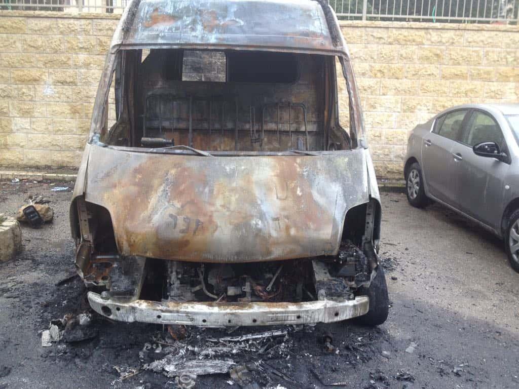 רכב חלוקת מזון שמיכות ותנורים לניצולי שואה הוצת והושמד