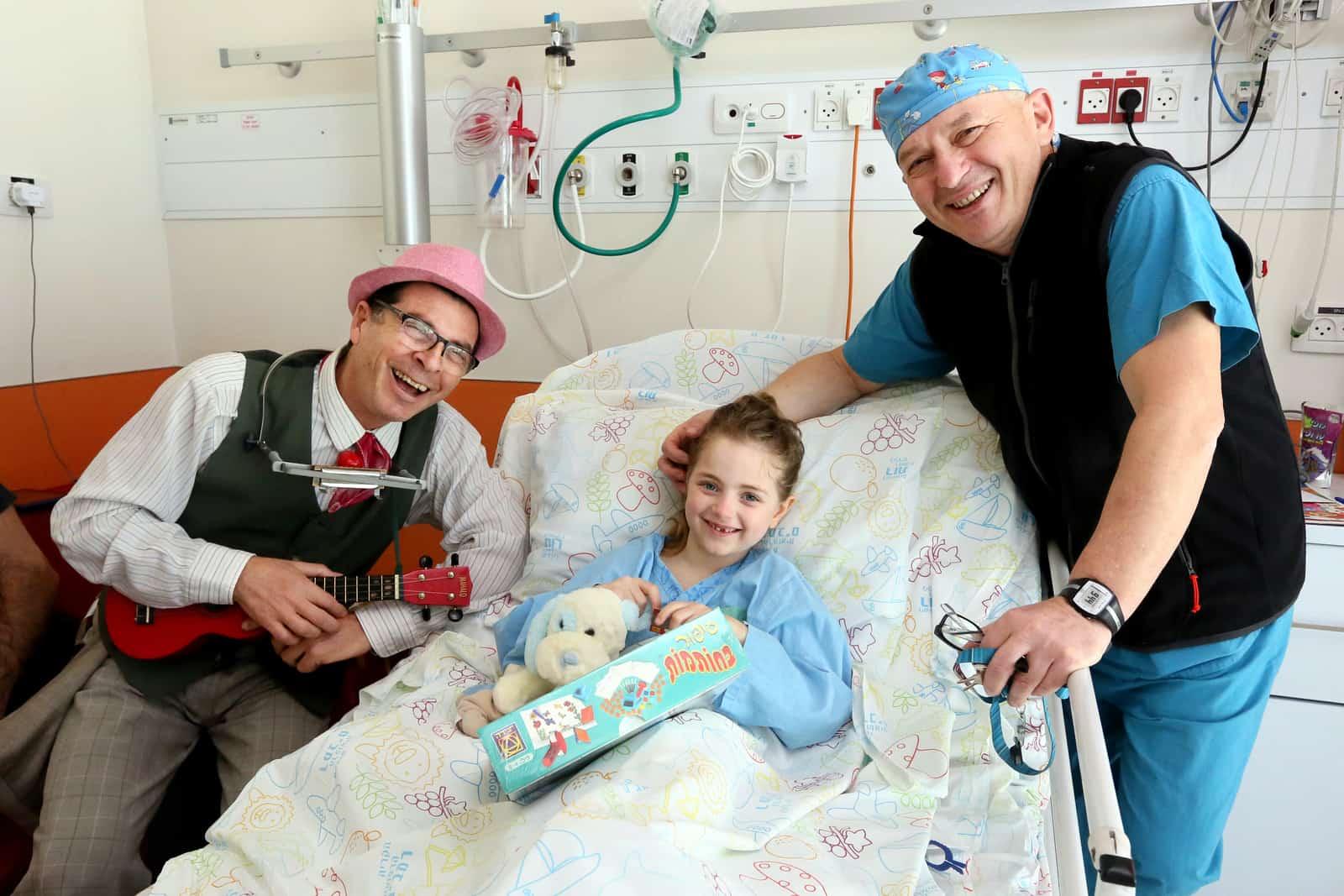 """רמב""""ם: ילדה מאנגליה עברה ניתוח להארכת גפיים במימון של גיוס המונים"""