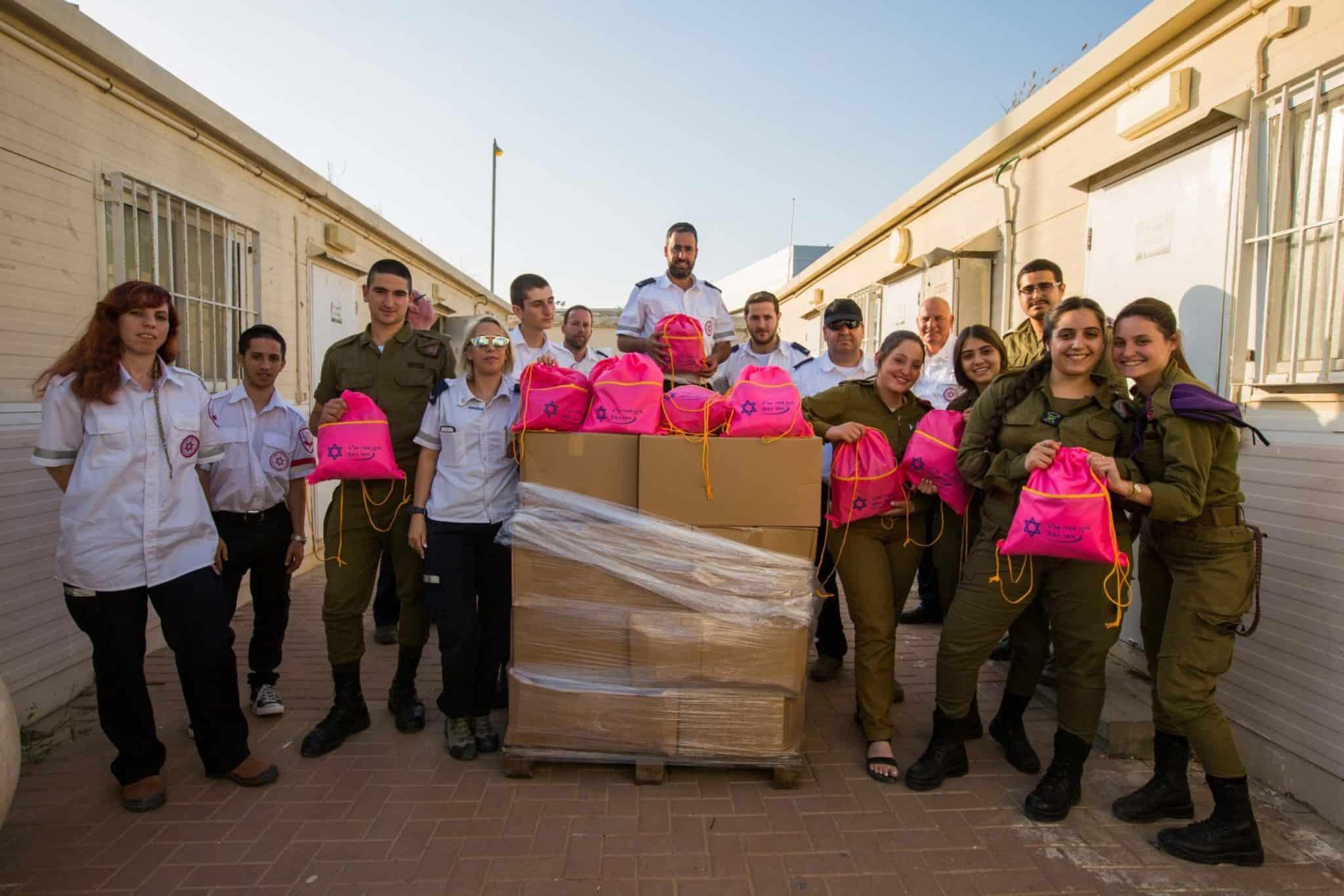 """מתנדבי מד""""א חילקו חבילות ממתקים לחיילי צה""""ל בעוטף עזה ובגוש עציון"""