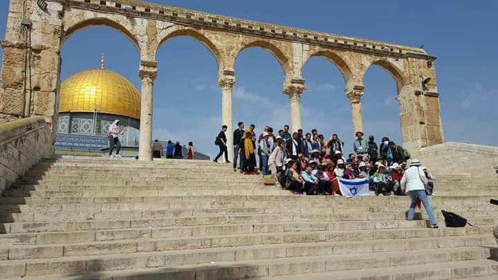 תיירים אוהבי ישראל הצטלמו עם דגל ישראל ברחבת כיפת הסלע