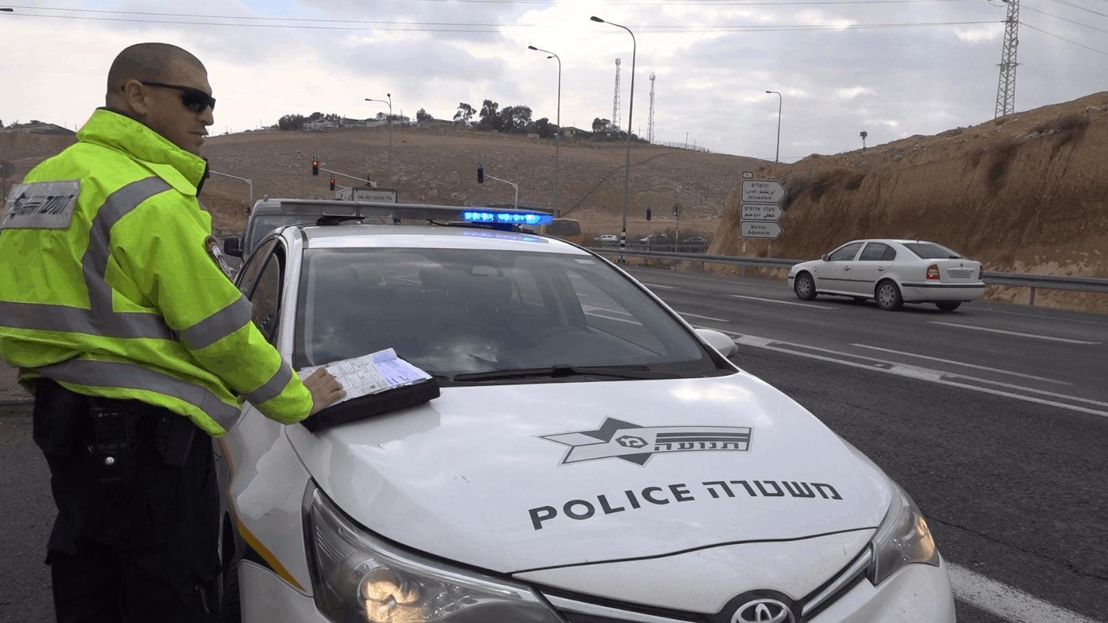 משטרת ישראל: קנסות בסך  450,000 שקל לנהגים שדיברו בנסיעה בטלפון נייד