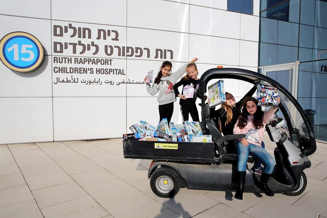 """תורם מסתורי מאוסטרליה שלח מאות מתנות לילדי ביה""""ח רמב""""ם"""