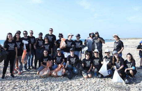 תלמידים סוגרים את עונת הרחצה בניקוי חופים מפסולת ופלסטיקים