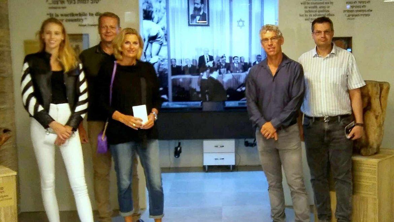 """לפני משחק הכדורגל- המיליארדר מיטש גולדהאר ביקר במוזיאון """"השואה והתקומה"""""""