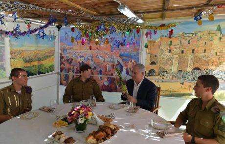 סוכת ראש הממשלה: ביבי והחיילים הבודדים