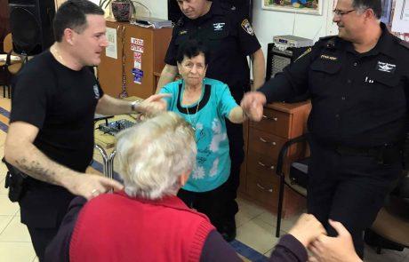 מרכז יום לקשיש : השוטרים שרו ורקדו עם המבקרים