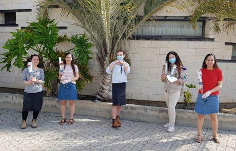 עפולה: בני נוער חילקו למעלה מאלף פרחים לניצולי השואה