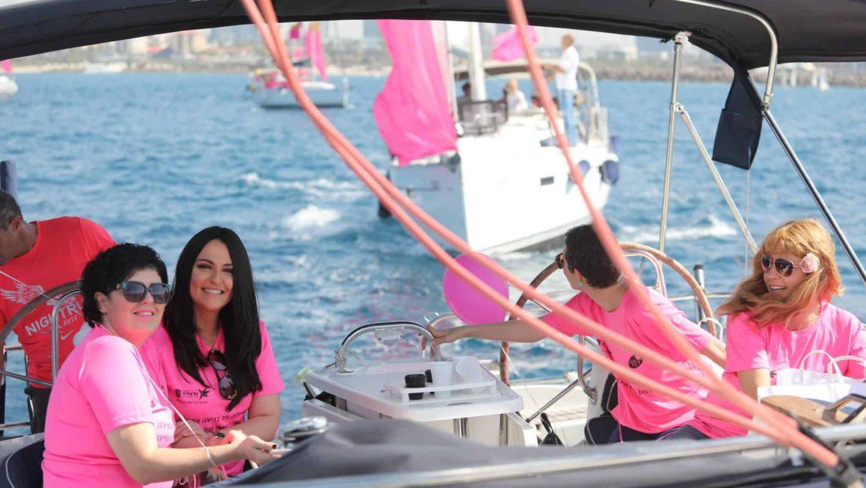 משט ורוד בחופי הרצליה לציון סיום אירועי חודש המודעות למאבק בסרטן השד