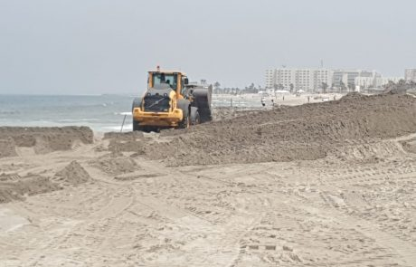 חוף קריית-חיים: החלו בהזנת 30 אלף קוב חול