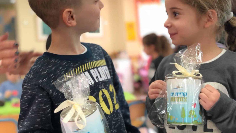 """קרית ים: ילדי הגנים קיבלו עציצי צמיחה לט""""ו בשבט"""