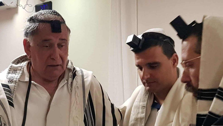 בבחירות- יריבים, בבית הכנסת- חברים