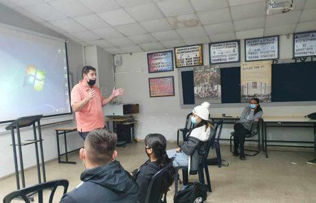 בוגרי קורס טיס העניקו מחשבים ניידים לתלמידי אופקים