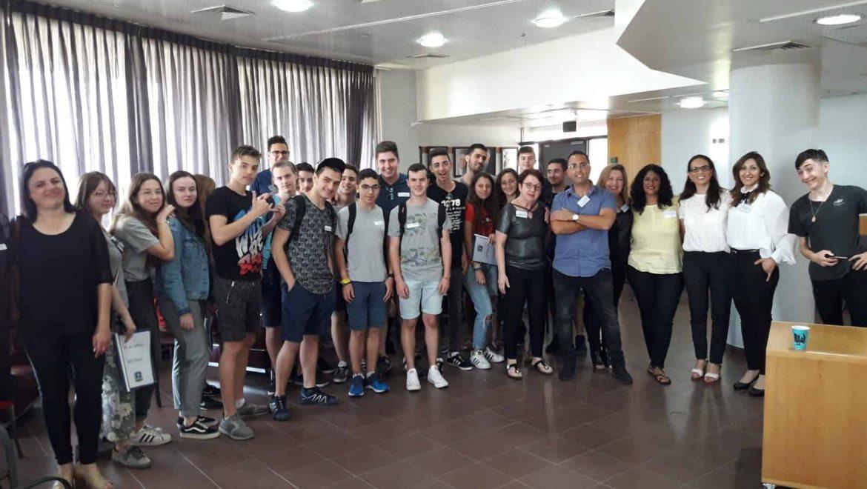 לקראת חופשת הקייץ: בני נוער לומדים על זכויותיהם כעובדים