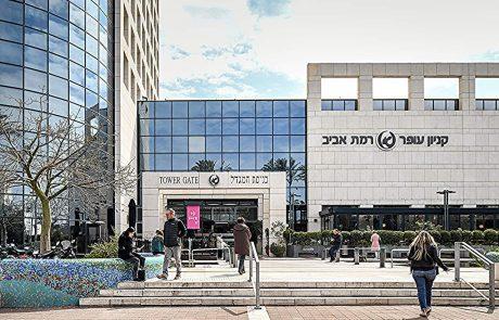 קניון עופר רמת אביב מחלק מתנות לחג השבועות