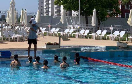 עפולה: תלמידי כיתות ה' החלו בשיעורי שחייה רגע לפני פתיחת הקיץ