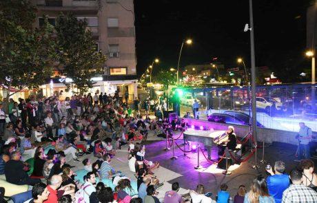 חיפה: הזמר והפסנתרן דניאל סלומון חנך את הפסנתר מאבן במרכז הכרמל