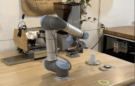 קורונה: הרובוט עשה הסבה מקצועית לבאריסטה
